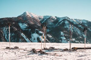 skis_in_snow